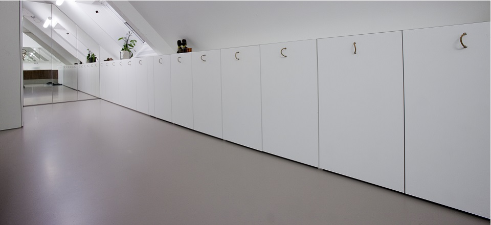 maatwerk, maes boons, living, leefruimte, eetkamer, kasten op maat, hout, duwsysteem, , vloer tot plafond, opberging, onderkasten, bovenkasten, ladenblok, greeploos, lades, draaideuren,hangkasten, verdoken toestellen, grijs, wand Maes boons, interieur maatwerk, inbouwkasten op maat, interieur, kast op maat,
